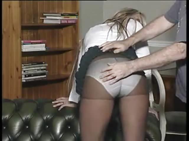 Esta MILF manda en su casa y sobre el pene de su marido ...